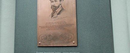 THE COMMEMORATIVE PLAQUE TO VICTOR DAVID BRENNER